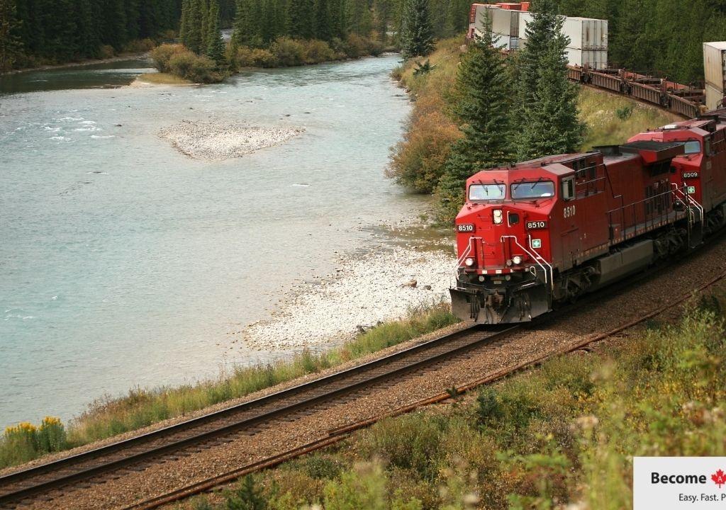 Le train des Montagnes Rocheuses canadiennes en route pour l'Amérique